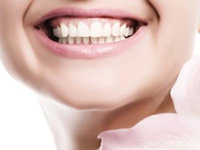 セラミックで白くきれいな歯に